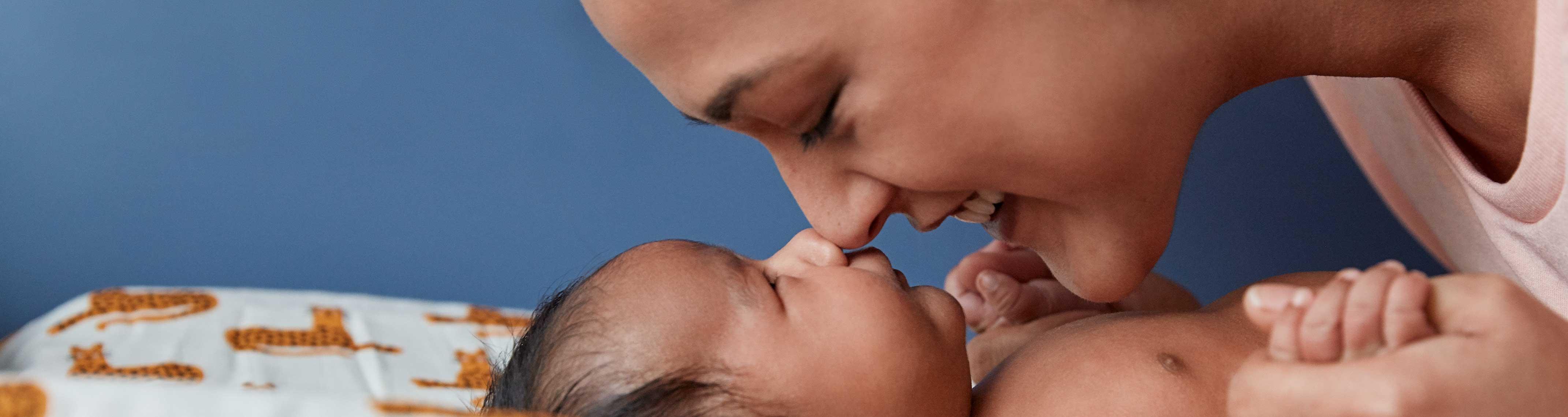 Mamá y recién nacido tocando nariz con nariz