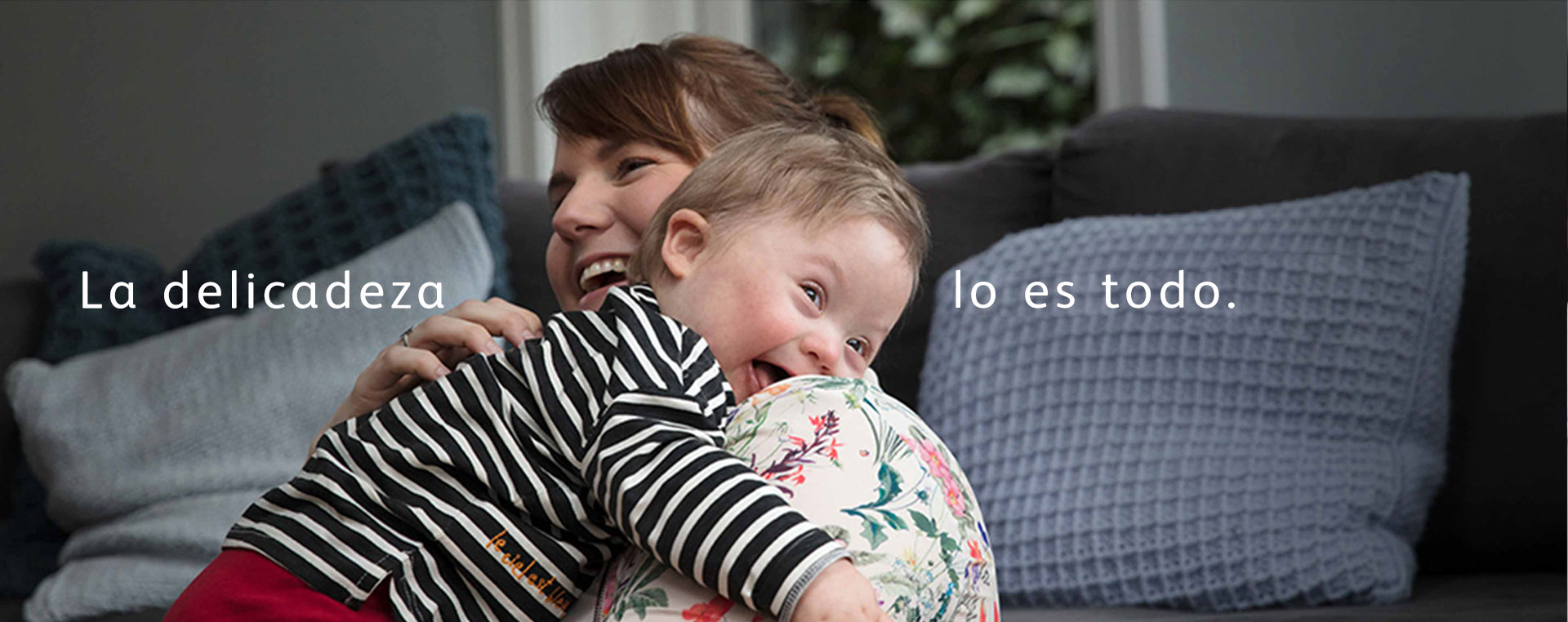 madre abrazando a bebé sonriente