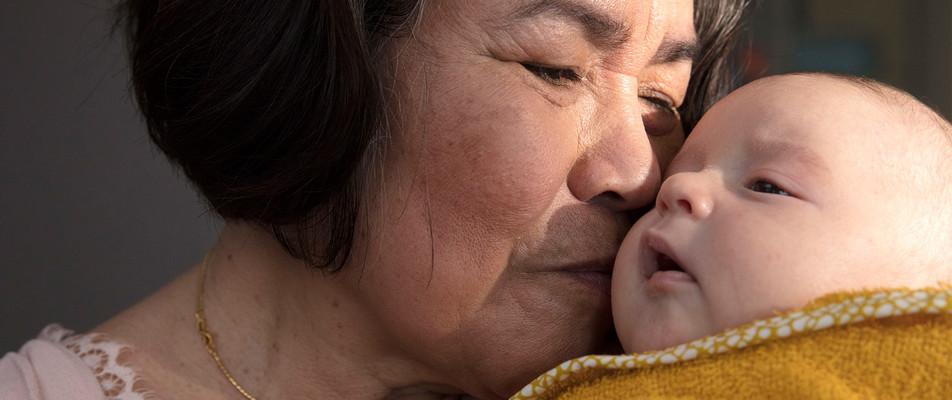 Abuela besando al bebé