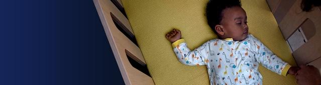 Un bebé durmiendo en su cuna