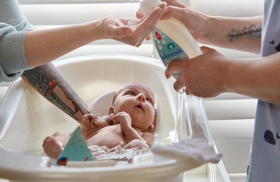 Baña a tu recién nacido con jabón líquido y campú para recién nacido Johnson's® CottonTouch™