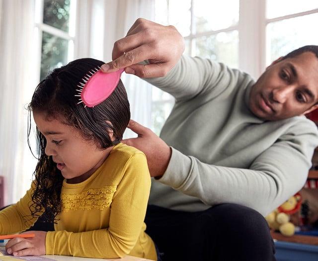 Peinar el cabello del niño pequeño
