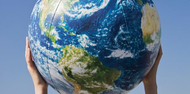 Manos sosteniendo un globo terráqueo
