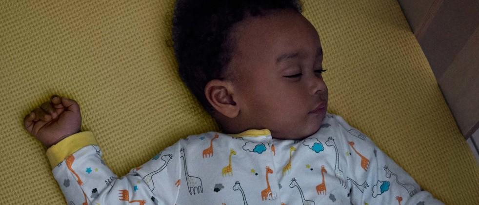 Bebé durmiendo en una cuna