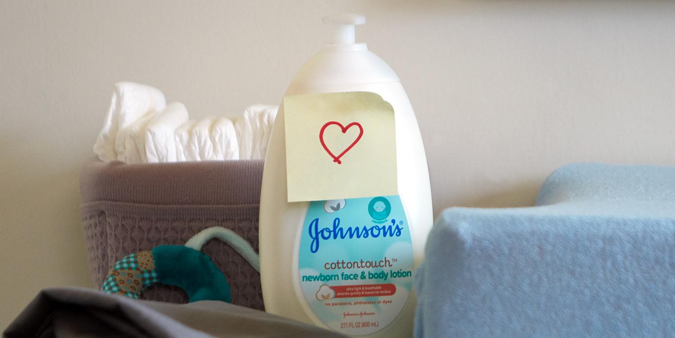 Loción para recién nacido Johnson's® CottonTouch™ con pegatina de corazón