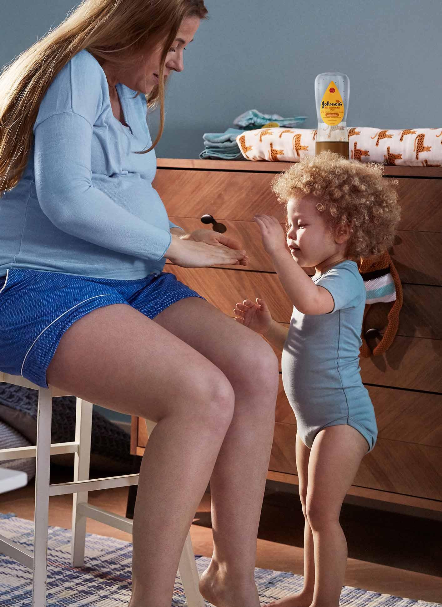 Madre e hijo usando aceite en gel para bebé JOHNSON'S® Baby