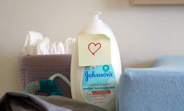 Loción para recién nacido Johnson's® CottonTouch™ sobre cambiador
