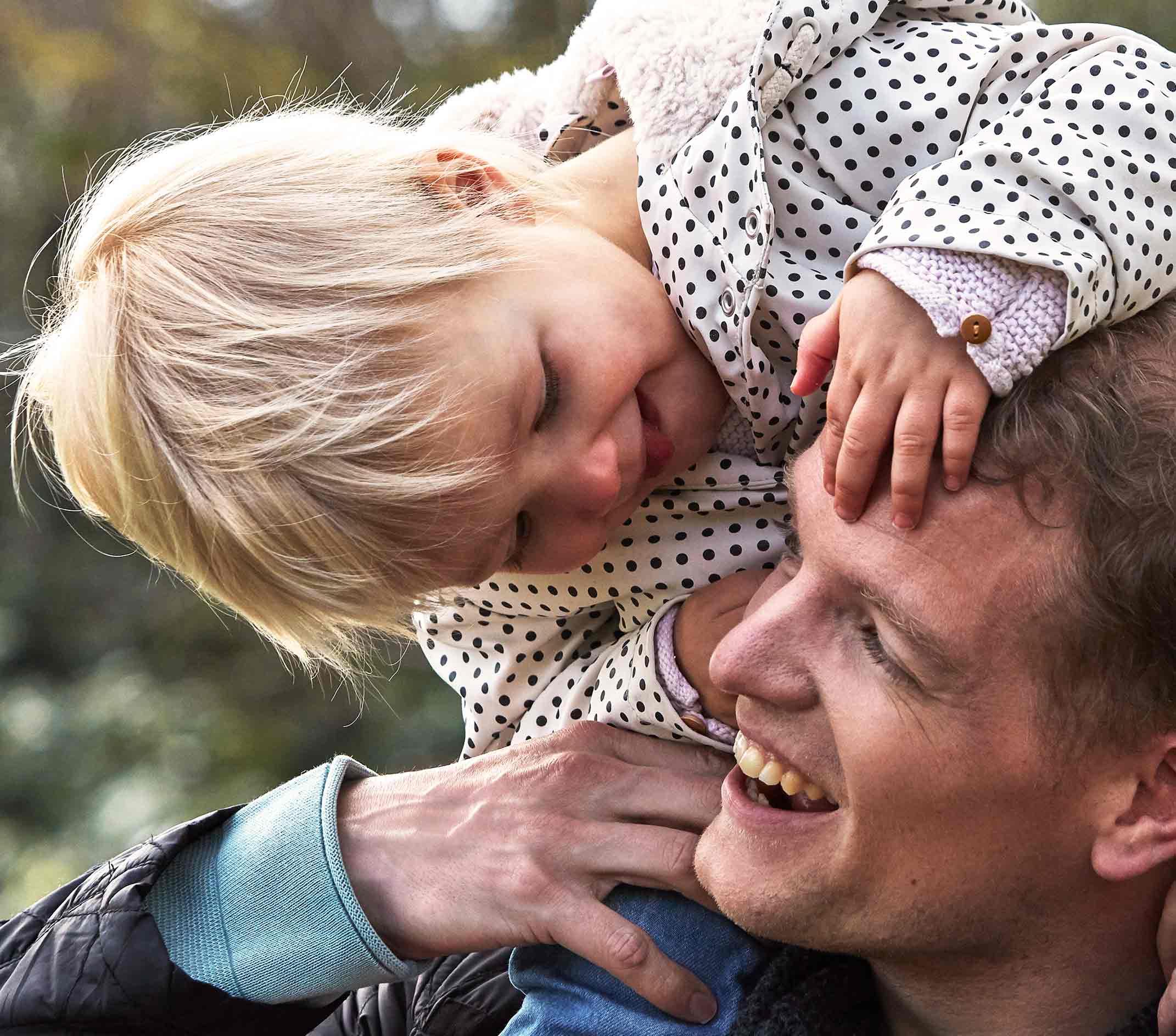 Bebé y padre jugando al aire libre