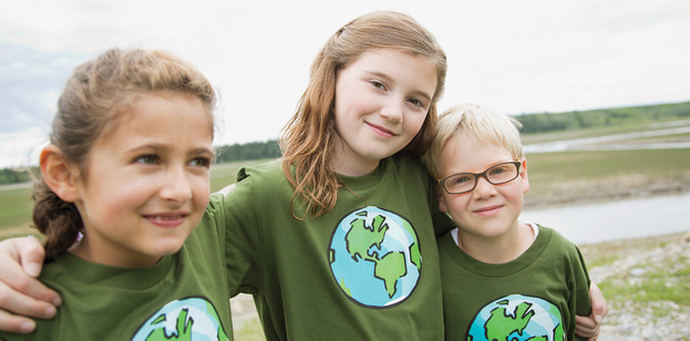 Niños con camisetas con la temática ambiental
